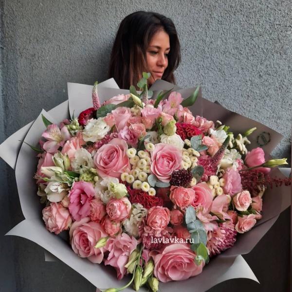 Букет №15, астильба, большой букет, букет из роз, купить большой букет спб, лизиантус, матрикария бая, розовые розы, розовый букет, целлозия,