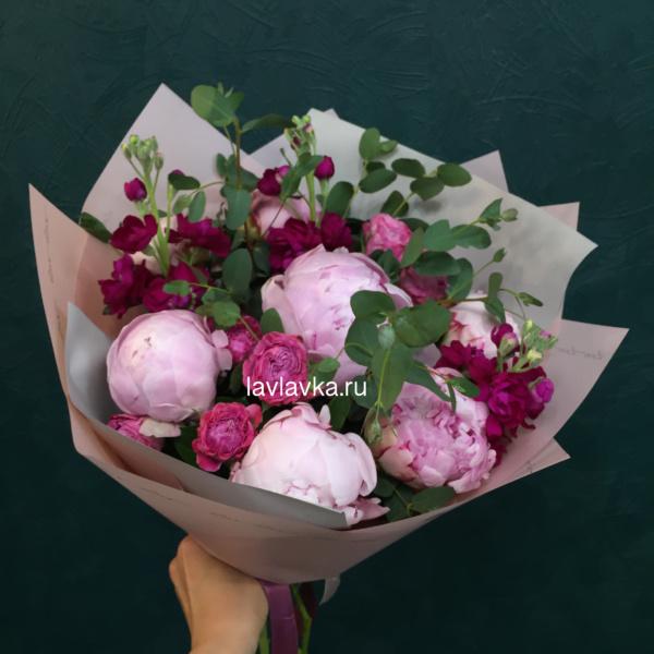 Букет №124, букет с пионами, матиола, пион, пион розовый, пион сара бернар, пионы, роза кустовая пионовидная, розовые пионы, эвкалипт,