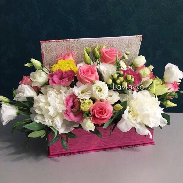 Цветочная композиция №13, ахилея, белый лизиантус, лизиантус, нежная композиция, пион, розы, хиперикум, цветочная композиция, цветы в коробке, эустома,