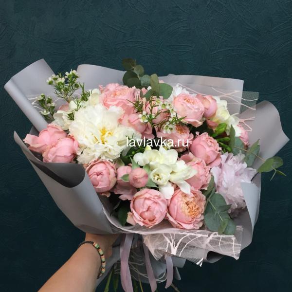 Букет №113, белая фрезия, букет с пионами, ваксфлауэр, пион, пионовидная кустовая роза, пионы, эвкалипт,
