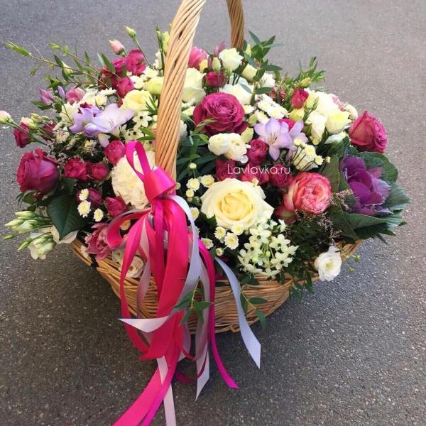 Цветочная композиция №14, брасика, букет в корзине, лизиантус, орнитогалум, роза кустовая пионовидная, роза пионовидная, розы, сталлион белый, фрезия, цветочная композиция, цветы в корзине, эвкалипт,