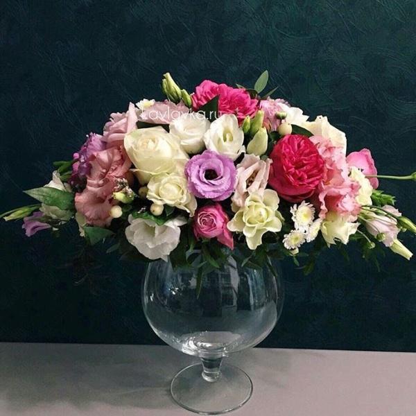 Президиумная композиция №2, букет в вазе, композиция на свадьбу, композиция на стол молодоженов, свадебная композиция, цветы в вазе, цветы на стеклянной вазе,
