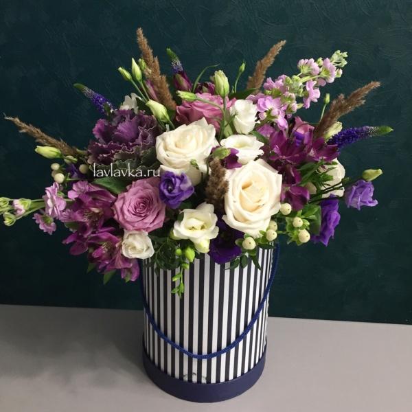 Букет в шляпной коробке №23, альстромерия, брасика, букет в коробке, вероника синяя, кремовые розы, лизиантус, роза сиреневая, сиреневый букет, цветы в коробке, цветы в шляпной коробке,