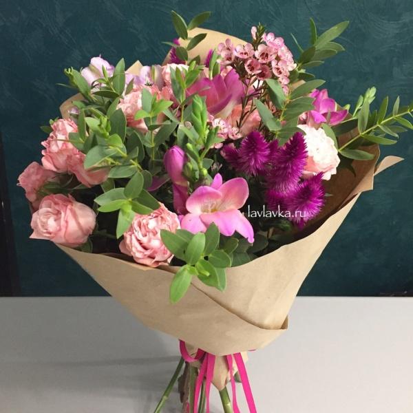 Букет №105, букет на 14 февраля, букет на 8 марта, ваксфлауэр, крафт, лизиантус, роза кустовая, роза кустовая пионовидная, фрезия, хамелациум, цветы на 14 февраля, цветы на 8 марта, целозия, целозия каракас, эвкалипт,