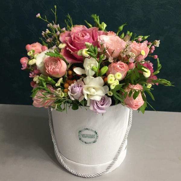 Букет в шляпной коробке №28, букет в коробке, букет в шляпной коробке, матрикария бая, пионовидные розы, роза, роза кустовая, роза кустовая пионовидная, роза пионовидная, фрезия, цветы в коробке, цветы в шляпной коробке,