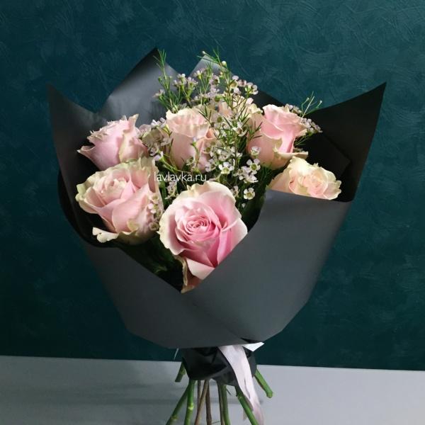 Букет №114, букет из 7 роз, букет из роз, ваксфлауэр, роза пинк мондиаль, розовый букет, хамелациум, черная упаковка,