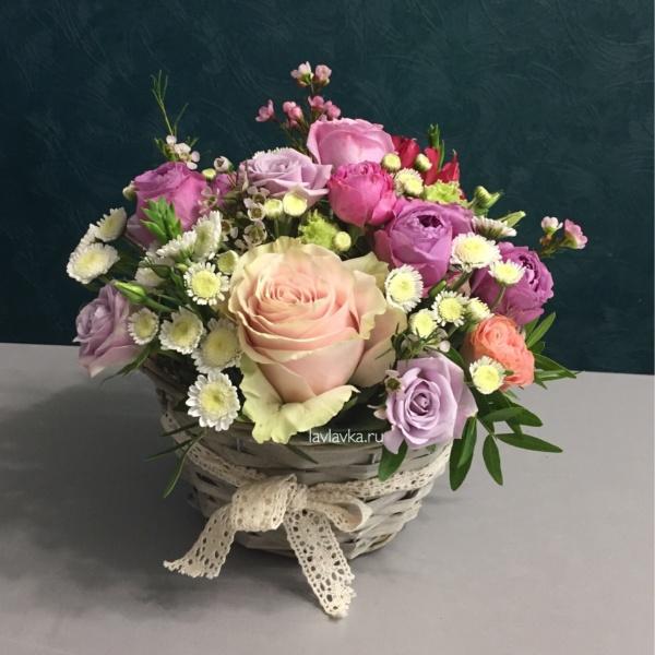 Цветочная композиция №20, кустовая роза, роза кустовая мисти бабблс, роза пинк мондиаль, розовая роза, сталлион белый, цветочная композиция, цветы в корзинке,