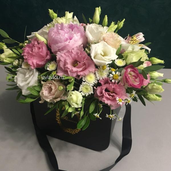 Цветочная композиция №16, белый лизиантус, лизиантус розита вайт, пион сара бернар, розовый лизиантус, розовый пион, сталлион белый, цветочная композиция, цветы в коробке, эустома,