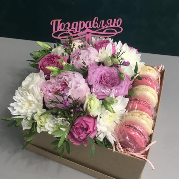Сладкая композиция №15, букет в коробке, букет с макарунами, топер, цветочная композиция, цветы в коробке, цветы и макаруни,