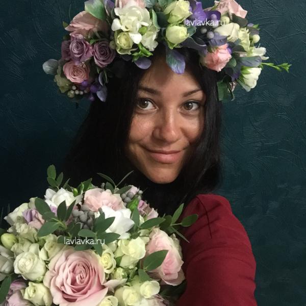 Букет невесты №36, белая роза, белый лизиантус, букет невесты, венок, венок из цветов, венок на голову, кустовая роза, пудровый букет, пудровый букет невесты, роза мини, розы, сиреневая роза, фрезия белая, эвкалипт,