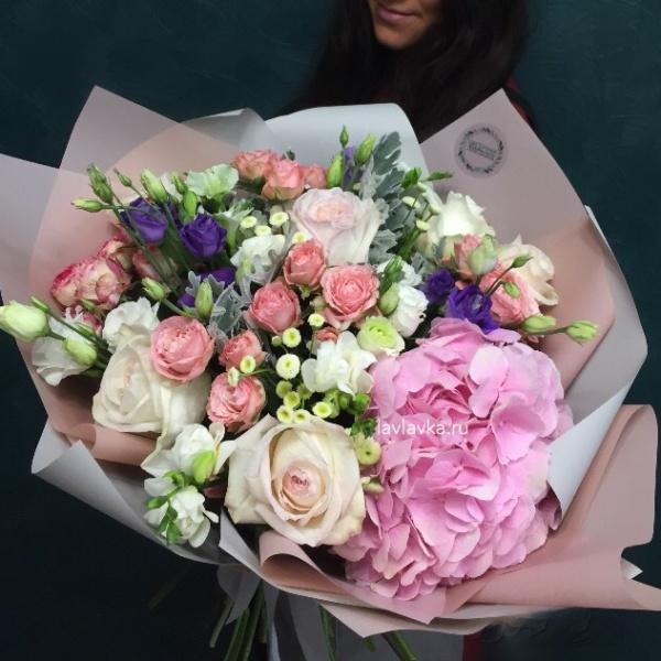 Букет №119, большой букет, букет с гортензией, букет с пионовидными розами, гортензия, красивый букет, красивый букет с розами, кустовая пионовидная роза, лизиантус, матрикария бая, роза пионовидная, фисташка, фрезия, хиперикум,