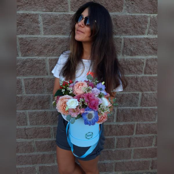 Букет в шляпной коробке №31, букет в голубой коробке, букет в коробке, букет в шляпной коробке, кустовая роза, лизиантус, Скабиоза голубая, фрезия, хиперикум, цветы в коробке,