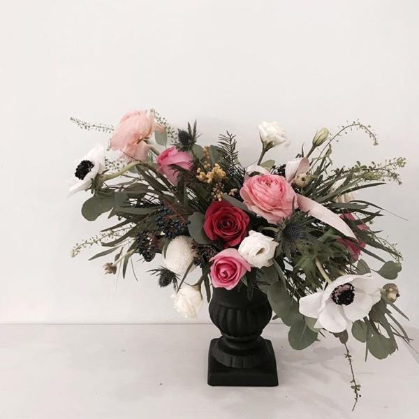 Президиумная композиция №10, анемон, белый лизиантус, лизиантус розита вайт, президиумная композиция, ранункулюс клуни, роза, цветочная композиция, эвкалипт популус, эрингиум синий,