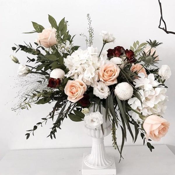 Президиумная композиция №9, белая гортензия, белый лизиантус, гортензия, кремовая роза, президиумная композиция, розы, хризантема, эвкалипт, эрингиум,