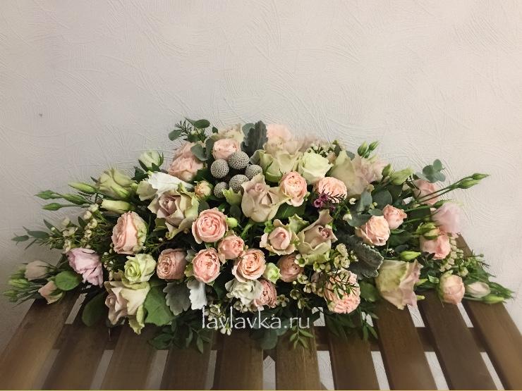 Президиумная композиция №6, бруния, ваксфлауэр, композиция на стол молодоженов, кустовая пионовидная роза, лизиантус, президиумная композиция, роза бомбастик, роза монинг дью, роза пионовидная, хамелациум, эвкалипт,