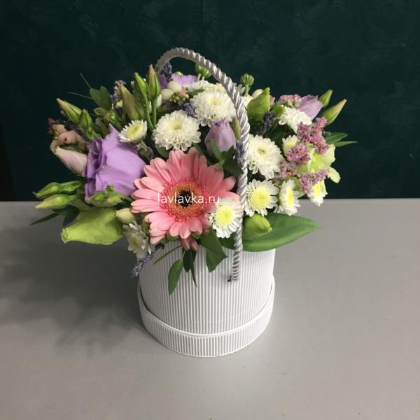 Букет в шляпной коробке №31, букет в коробке, букет в шляпной коробке, гербера, лаванда, лизиантус, лимониум, сталлион белый, хризантема кустовая, цветы в коробке,