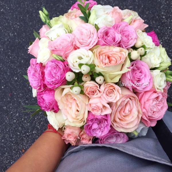 Букет невесты №38, букет невесты, гиперикум, кустовая пионовидная роза, лизиантус розита вайт, пионовидная роза, роза леди бомбастик, свадебный букет, свадебный букет с розами, хиперикум,