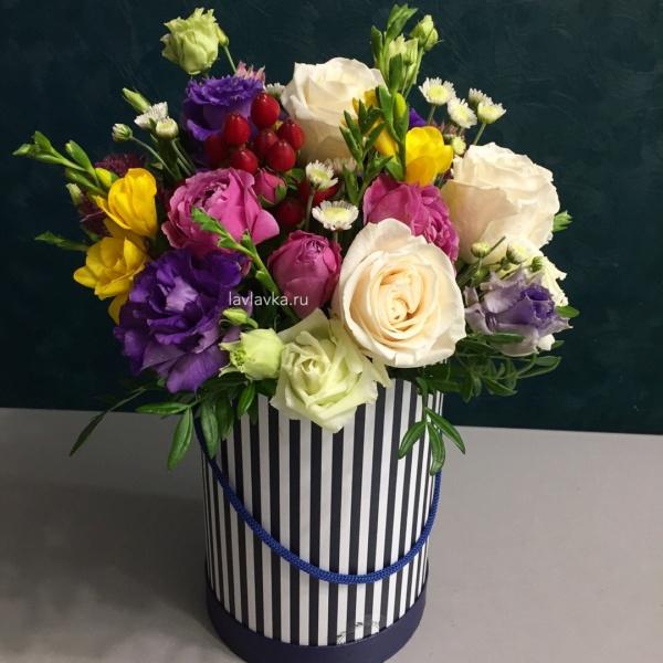 Букет в шляпной коробке №30, букет в коробке, букет в шляпной коробке, лизиантус алиса блю, роза кремовая, роза пионовидная, сталлион белый, фрезия, хиперикум, хиперикум коко танго, цветы в коробке,