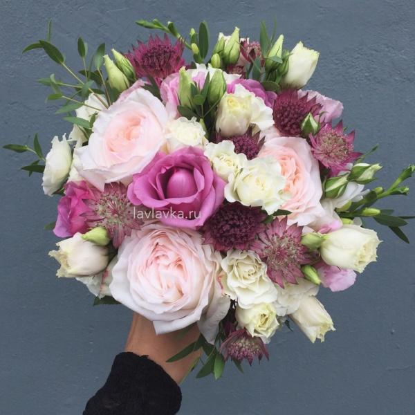 Букет невесты №37, 101 белая роза, астранция рома, белая пионовидная роза, букет невесты, лизиантус розита вайт, пионовидная роза, роза кул вотер, роза сиреневая, фрезия, фрезия версалес, эвкалипт парфифолия, эустома белая,
