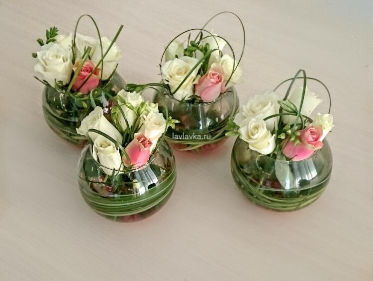 Президиумная композиция №5, белые розы, берграсс, кенийская роза, композиция на стол, композиция на стол переговоров, роза кении, розы, цветы в стеклянной вазе,