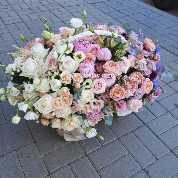 Цветочная композиция №23, букет в коробке, ваксфлауэр, вероника, клематис, лизиантус, матрикария бая, маттиола, Огромная корзина цветов, Огромный букет, розы, фрезия, цветы в коробке,