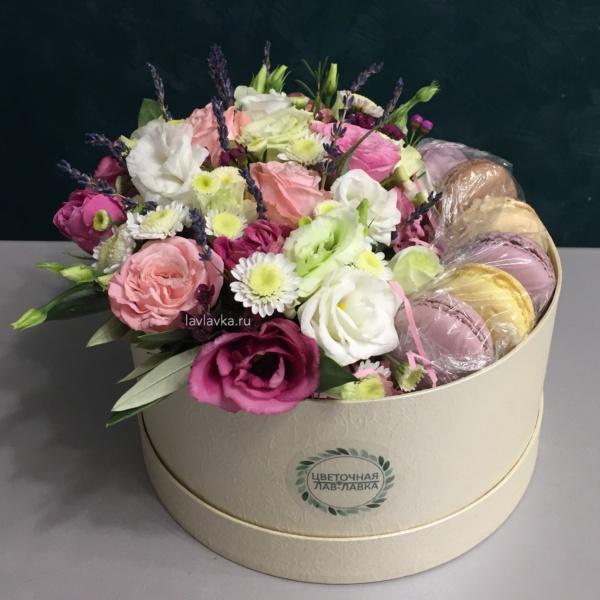 Сладкая композиция №16, букет в коробке, букет с макарунами, букет с макаруни, макаруны, сладкая композиция, цветочная композиция, цветы в коробке, цветы и макаруны,
