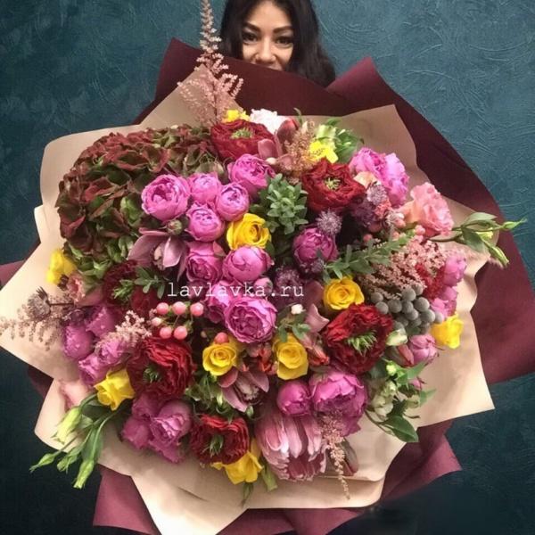 Букет №128, альстромерия шармелия, астильба, астранция, большой букет, бруния, букет гигант, гортензия, лизиантус, орхидея цимбидиум, протея, роза желтая, роза кустовая пионовидная, роза мисти бабблс, роза пионовидная, роза ред ай, тюльпан супер паррот, хиперикум,