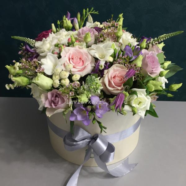 Цветочная композиция №23, букет в коробке, ваксфлауэр, вероника, клематис, лизиантус, матрикария бая, маттиола, розы, фрезия, цветы в коробке,