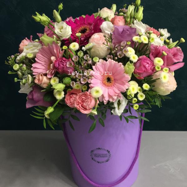 Букет в шляпной коробке №33, букет в шляпной коробке, ваксфлауэр, гербера, лизиантус, матрикария бая, роза кения, роза мадам бомбастик, роза пионовидная, цветы в коробке,