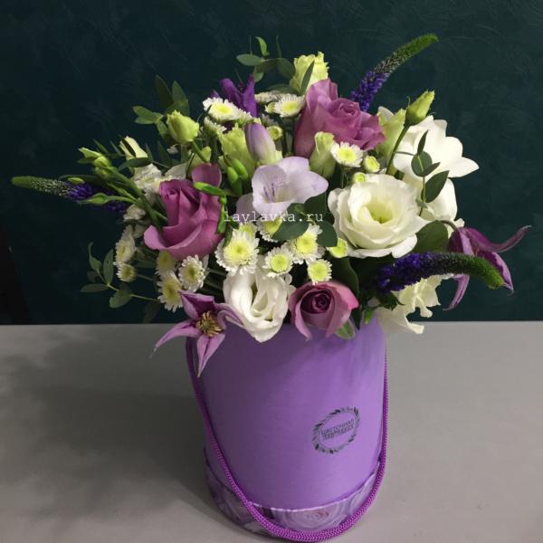Букет в шляпной коробке №34, букет в шляпной коробке, вероника, клематис, лизиантус, роза кенийская, сталион, фрезия, цветы в коробке,