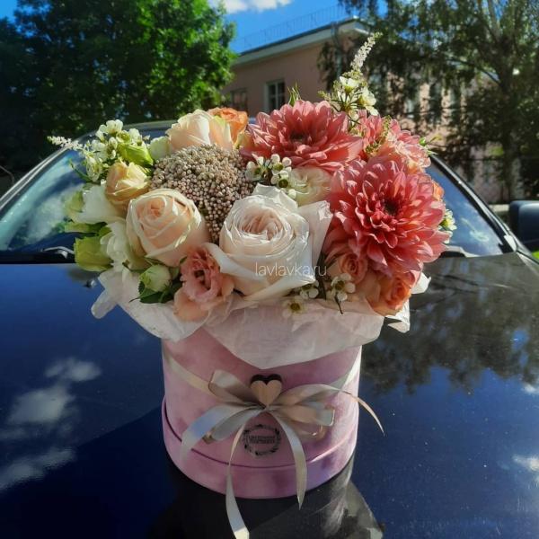 Букет в шляпной коробке №33, букет в шляпной коробке, георгина, лизиантус, роза мадам бомбастик, роза пионовидная, цветочная композиция, цветы в коробке, цветы в шляпной коробке,