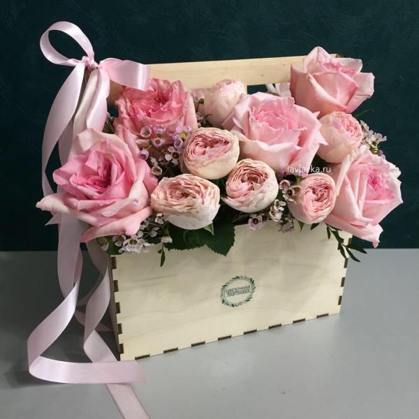 Композиция в ящике №23, букет в деревянном ящике, ваксфлауэр, кустовая пионовидная роза, роза пионовидная, розовая роза пионовидная, цветы в деревянном ящике, цветы в ящике,