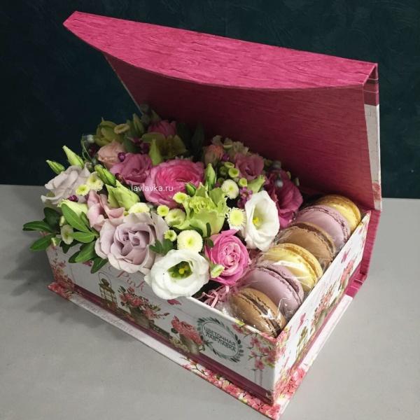 Сладкая композиция №17, букет в коробке, макаруни, макаруны, цветочная композиция, цветы в коробке, цветы и макаруны,