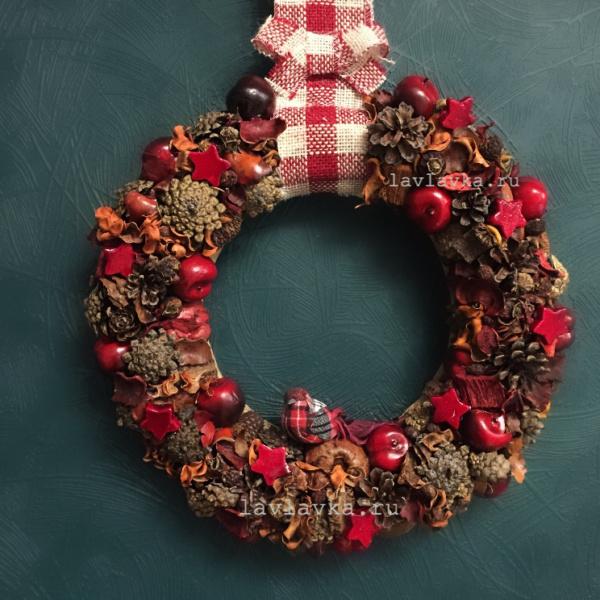 Новогодний венок №12, венок, венок из шишек, венок на дверь, декор для дома, декоративный венок, красный венок, новогодний венок, новогодний декор, новогодний подарок, новогодняя композиция, рождественский венок, ручная работа,