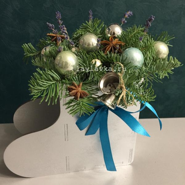 Новогодняя композиция №43, деревянный сапог, корпоративные подарки, новогодние подарки, новогодние шары, новогодний декор, новогодний подарок, новогодний сапожок, новогодняя композиция, новый год, цветы в коробке, цветы в ящике,