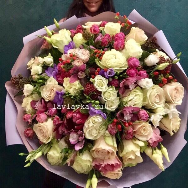Букет №134, бело-розовые розы, белые розы, большой букет, букет гигант, букет с протеей, протея, розовый букет, розы,