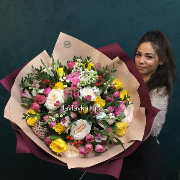 Букет №35, альстромерия, большой букет, вероника, желтые розы, кустовые розы, лизиантус, пионовидные розы, хиперикум, эвкалипт,