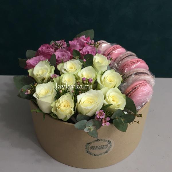 Сладкая композиция №19, бело-сиреневый букет, кенийская роза, макаруны, розы в коробке, российская роза, цветочная композиция, цветочная композиция в коробке, цветы в коробке, цветы и макаронс, цветы и макуруны,