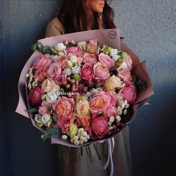 Букет №142, альстромерия, кустовая пионовидная роза, матрикария бая, орнитогалум, роза джульета, роза джульетта, роза пионовидная, роза пудровая, розовая роза пионовидная, хиперикум, эвкалипт,