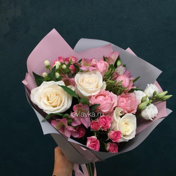 Букет №141, альстрамерия, альстромерия, лизиантус, роза вендела, роза кремовая, роза кустовая, роза кустовая пионовидная, хиперикум белый,