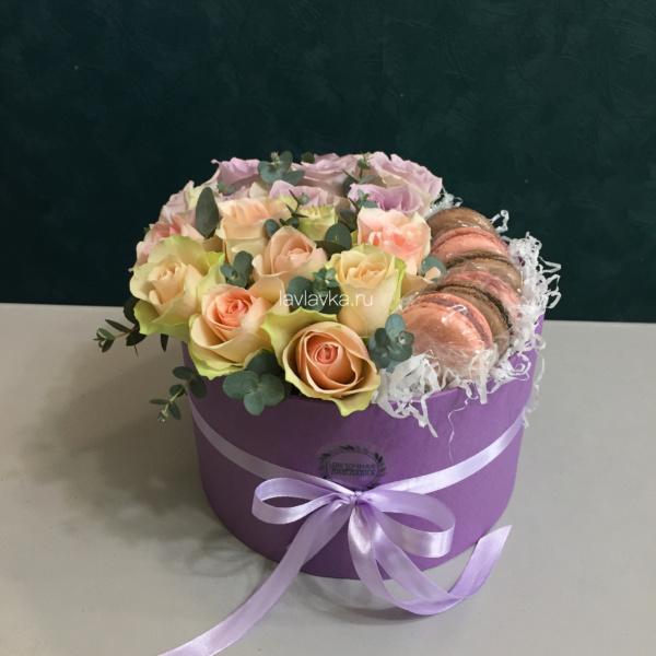 Сладкая композиция №20, букет в коробке, букет из роз, букет на 8 марта, композиция из роз, цветочная композиция, цветы и макаруни, цветы на 8 марта,