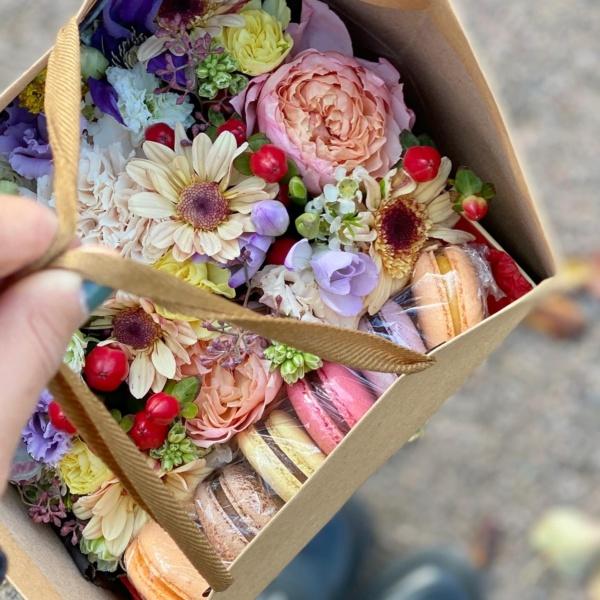 Сладкая композиция №9, осенний букет, осенняя композиция, осенняя цветочная композиция, сладкая композиция, сладкий букет, сладкий подарок, цветочная композиция, цветочная композиция в коробке, цветы в коробке, цветы и макаруны,