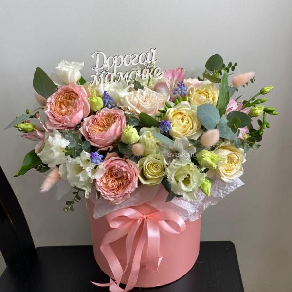 Букет в шляпной коробке №13, букет в коробке, лизиантус, махровый лизиантус, пионовидная роза, роза кустовая, розы, фрезия, цветы в коробке, цветы в шляпной коробке, эвкалипт, эустома,