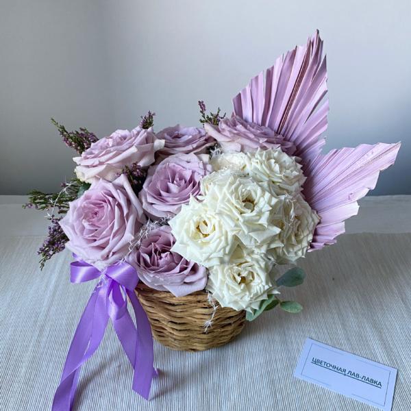 Цветочная композиция №13, бело-сиреневый букет, букет в корзине, букет в корзинке, букет из роз, нюдовый букет, розы, сиреневый букет, стильная композиция, стильный букет, цветы в корзинке, цветы на 8 марта,