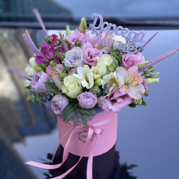Букет в шляпной коробке №41, букет в коробке, букет в шляпной коробке, букет для мамы, букет на 8 марта, весенний букет, лизиантус, нежный букет, розовый букет, фрезия, цветочная композиция, цветочная композиция в коробке, цветы в коробке, цветы в шляпной коробке, цветы на 8 марта,