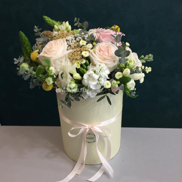 Букет в шляпной коробке №42, букет в коробке, букет с пионовидной розой, нежный букет, цветы в коробке, цветы на 8 марта,