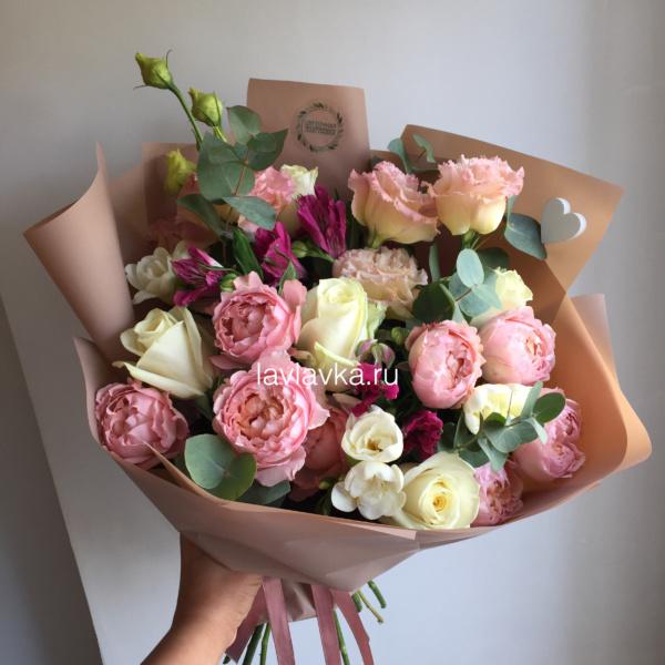 Букет №151, альстромерия, лизиантус, роза белая, роза джульета, фрезия бел, эвкалипт,