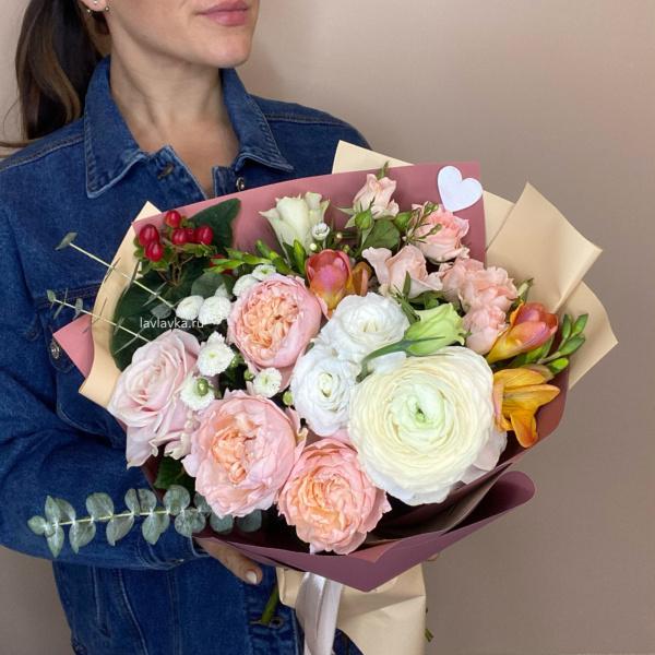 Букет №4, белый лизиантус, матрикария бая, нежный букет, ранункуюс, роза джульетта, розы, фрезия,
