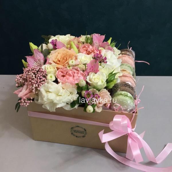 Сладкая композиция №24, букет в коробке, нежный букет в коробке, сладкая композиция, цветы в коробке, цветы и макаруни, цветы и макаруны,
