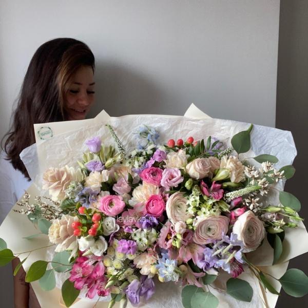 Букет №81, бежевый букет, большой букет, букет гигант, букет из ранункулюсов, букет на 8 марта, букет с пионовидной розой, купить букет гигант, пионовидные розы, пудровый ранункулюс, ранункулюс, цветы на 8 марта,